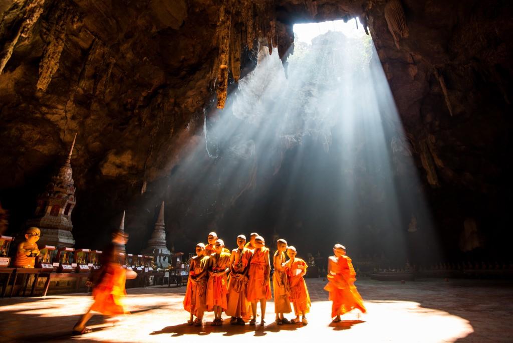 گروهی از راهبان جوان از غار khao luang در شمال phetchaburi (شهری در تایلند) دیدن كرده اند