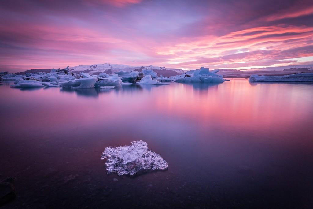 غروب زیبا و رنگارنگ ایس برگ شناور در تالاب یخی jokusarlan در ایسلند است. در این روز هوا ابری بوده و ایجاد غروبی به این زیبایی غیر قابل پیش بینی بوده است. وقتی آنجا بودیم احساس میكردیم در رویا هستیم