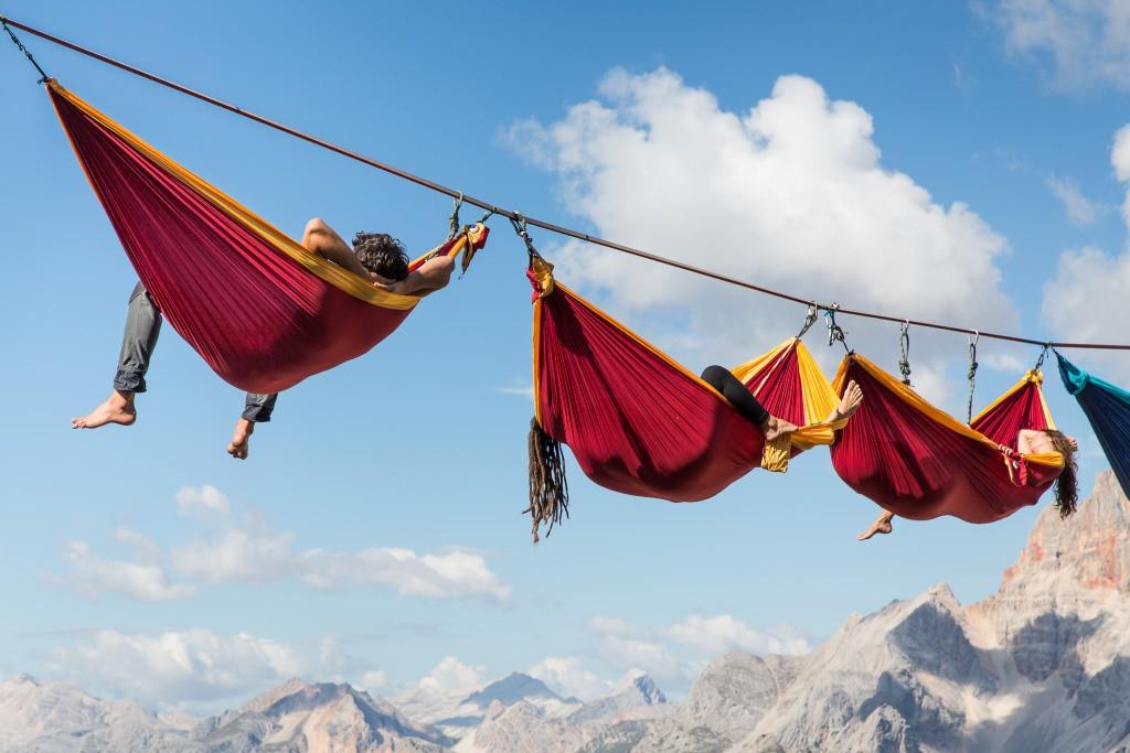 افراد درننوهایی در ارتفاع 40 متری زمین استراحت میكنند. این اتفاق هر ساله در monte piana میافتد. برای بعضی افراد این وضعیت شبیه كابوس است كه در چنین فاصلهای نسبت به زمین، از طنابی اویزان باشند. اما برای بعضی دیگر راهی برای استراحت كردن است.