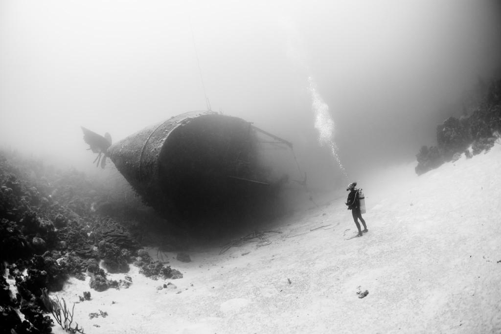 غواصی را نشان میدهد كه جلوی قایق ماهیگیری شكستهای ایستاده و به نظر میرسد به این موضوع فكر میكند كه این قایق مطمئنا دیگر قادر به حركت نیست. حبابها هم حالت پرسشی به عكس داده اند. قایق hilma یك قایق شكسته 200 فوتی است كه در اعماق دریای كاراییب قرار دارد. (این دریا مقصدی مشهوربرای غواصی كردن است)