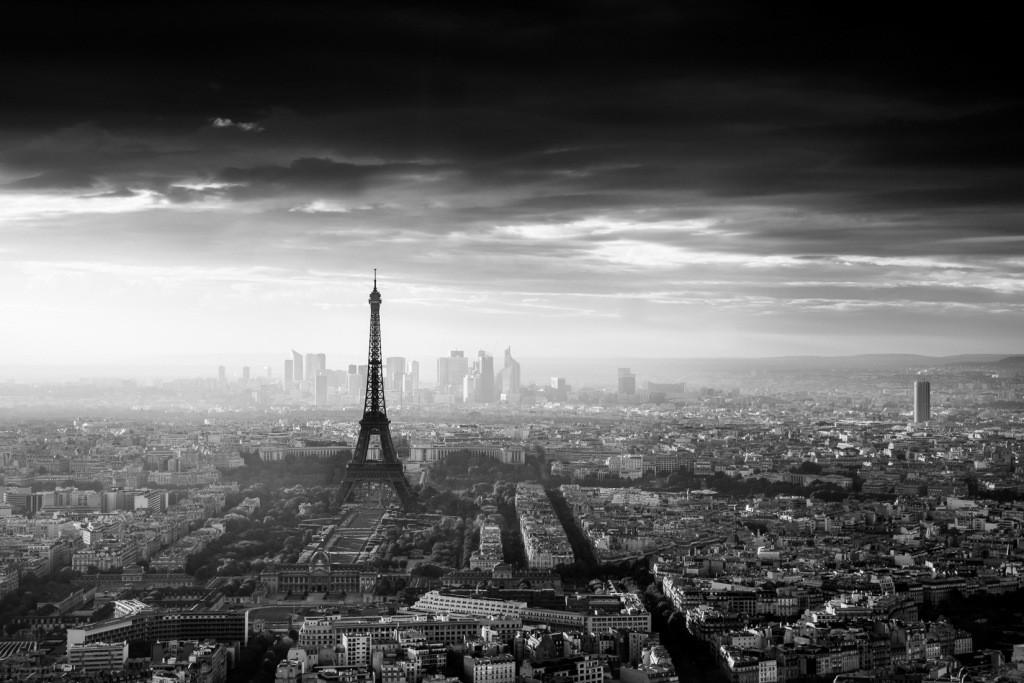 نسخه سیاه وسفید پاریس كه از mont parnasse نشان داده شده است. در این عكس میخواستم كه شهر در پشت برج ایفل قرار بگیرد. خورشید در حال غروب است كه باعث شده قسمت چپ عكس درخشانتر شود.
