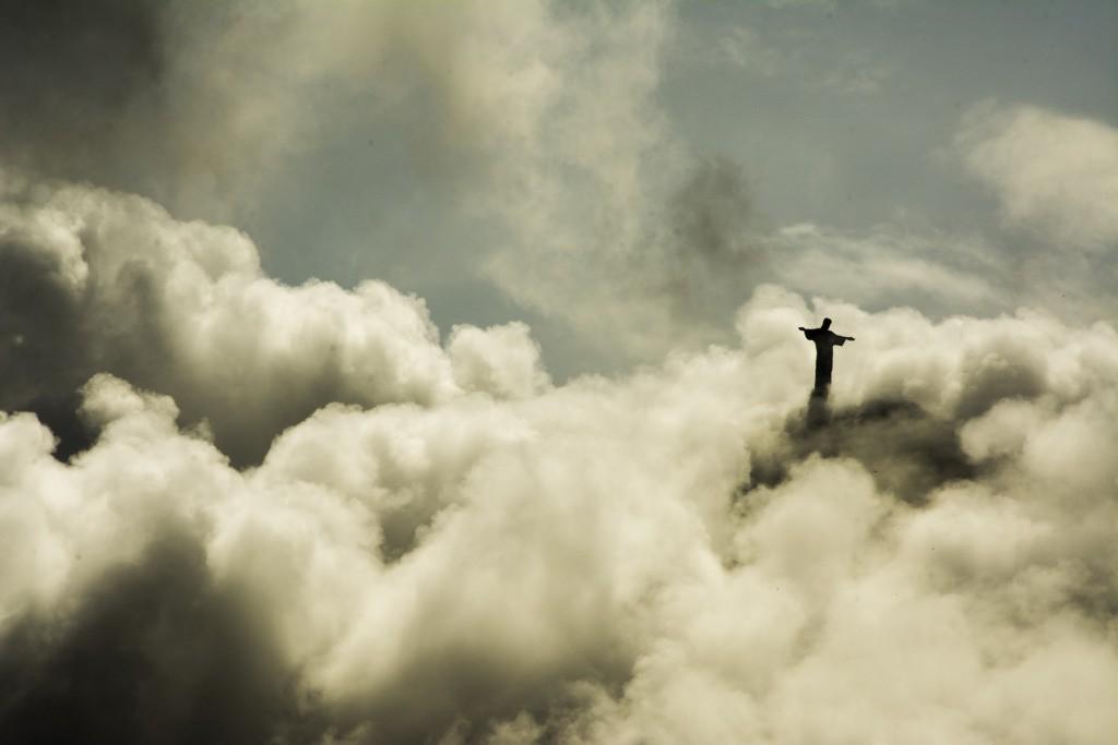 دریك روز بسیارابری این عكس از هتل Copacabana گرفته شده است. چون باد شدید بوده، ابرها به سرعت حركت میكردند و وقت كمی برای گرفتن عكس و انداختن تمام Corcovado در پس زمینه داشتم، قبل از اینكه ابرها دوباره آن را بپوشانند . به خاطر افكتهای بصری به نظر میرسد كه عكس از بالا گرفته شده اما در حقیقت از زیر Corcovado گرفته شده است.